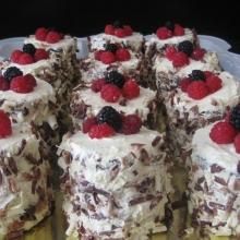 Пирожные с ягодами