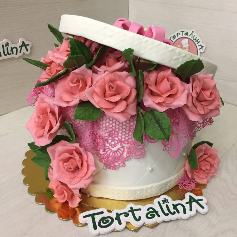 торт в виде корзинки с розами