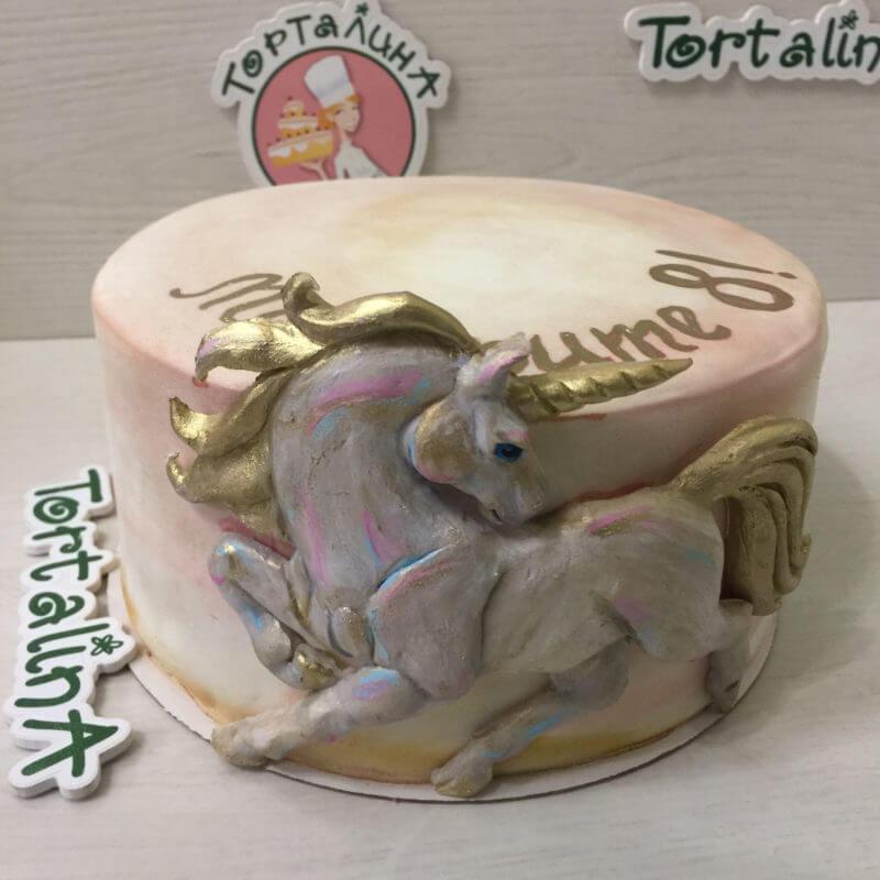 торт с фигурой единорога