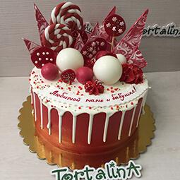торт с красным шоколадным украшением