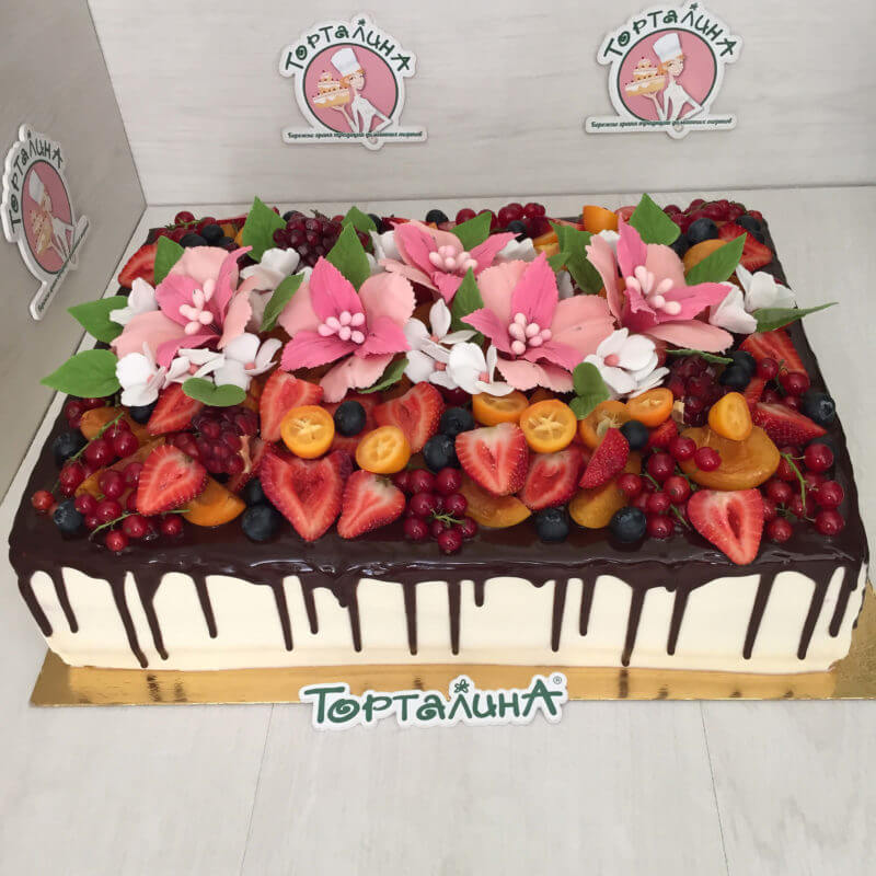 большой кремовый торт с фруктовым украшением