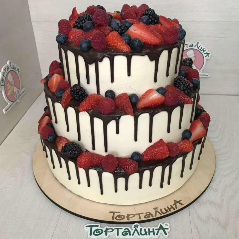 торт кремовый три яруса с ягодами