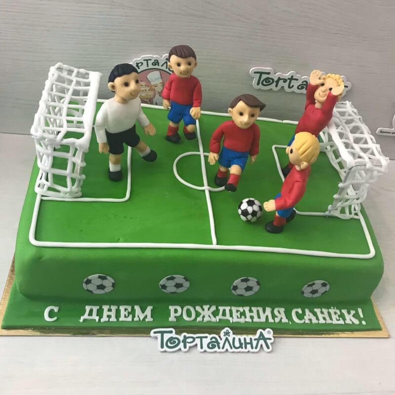 торт с футбольным полем и игроками