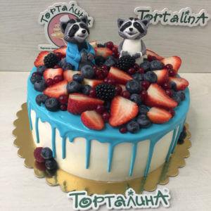 торт с енотами и ягодами