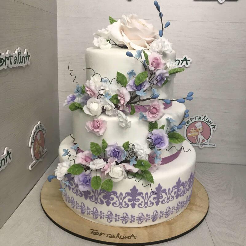 торт свадебный три яруса с сиреневыми цветами
