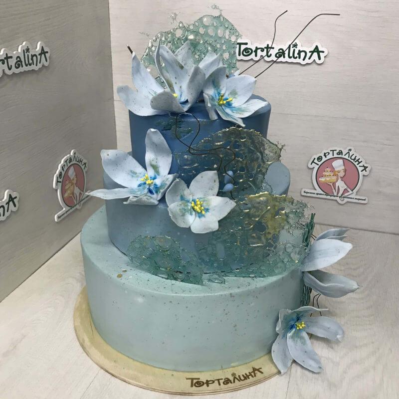 торт свадебный три яруса с магнолиями