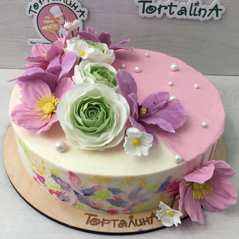 торт с нежными цветами из сахарной мастики
