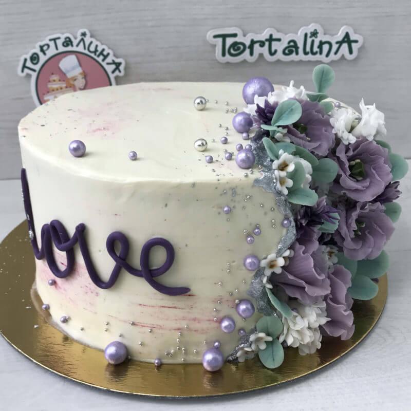торт праздничный кремовый с цветами из мастики